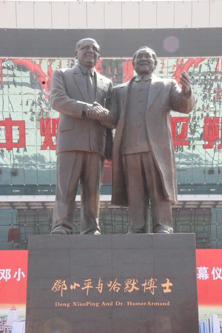 邓小平_邓小平前进塑像(图片)